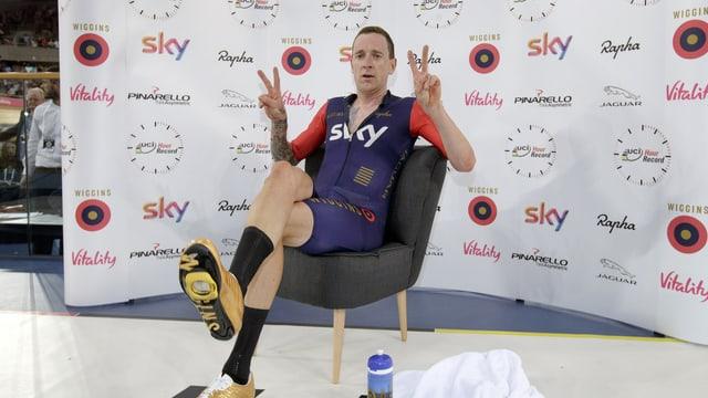 Bradley Wiggins sitzt in einem Stuhl.