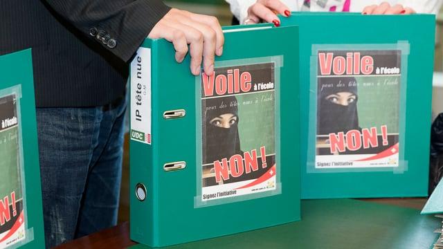 Das Bild zeigt zwei Ordner mit der Aufschrift «Voile - non!»