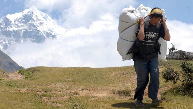 In Nepalais porta rauba d'agid en la vischinanza dal Everest.