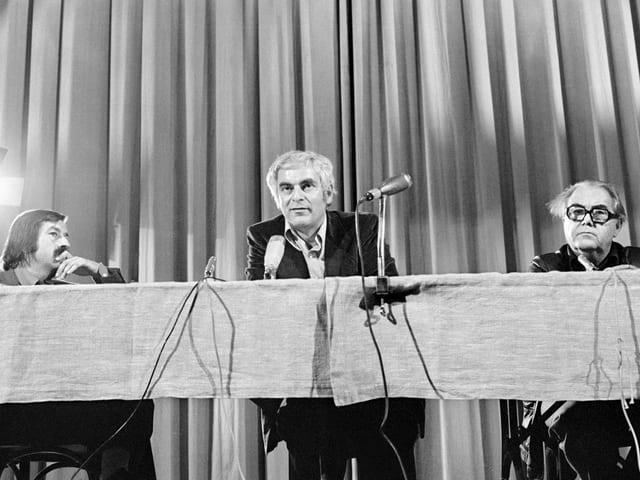 Adolf Muschg mit Günter Grass und Max Frisch an einer Pressekonferenz.