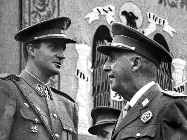 Franco (rechts) im Gespräch mit dem spanischen König Juan Carlos im Jahre 1966.