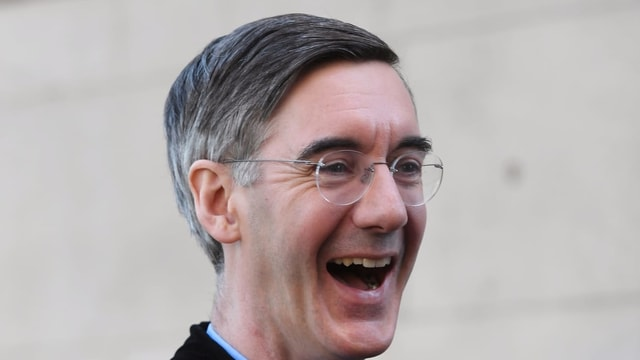 Jacob Rees-Mogg lacht im Bild.