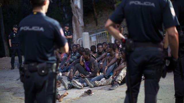 Flüchtlinge umsingelt von Polizisten