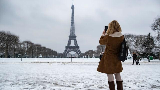 Tur d'Eiffel cun naiv.