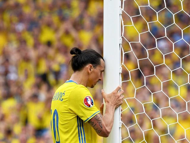 Ein schwedischer Spieler legt seinen Kopf an den Pfosten.