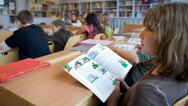 Eine Schülerin mit einem Buch.