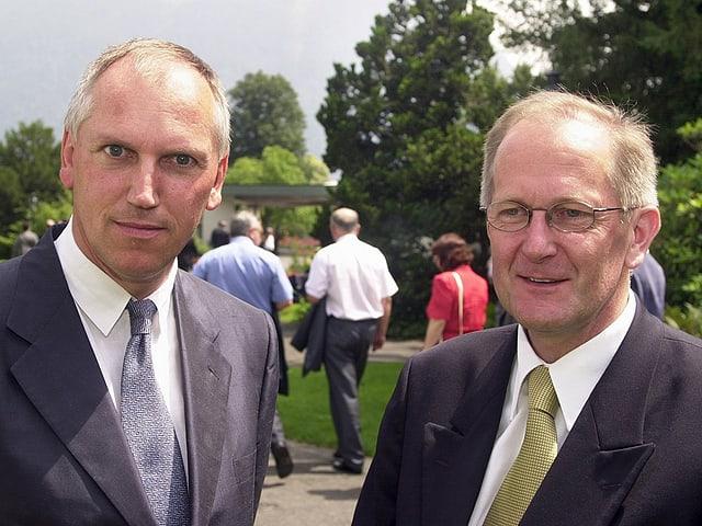 Der damalige Botschafter Thomas Borer steht neben Bundesrat Joseph Deiss.