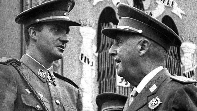 Schwarzweiss-Aufnahme, zwei Männer in Uniform.