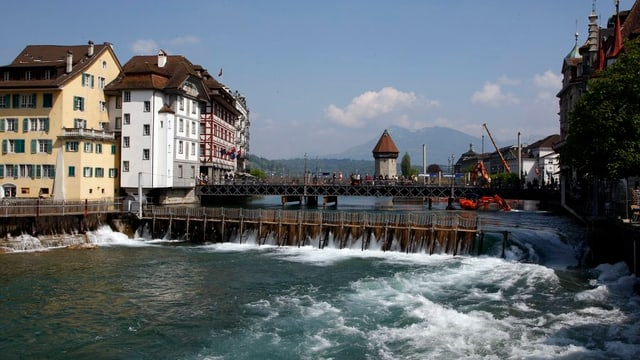 Das Nadelwehr in der Stadt Luzern.