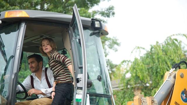 Jake Gyllenhaal sitzt mit Jungschauspieler Judah Lewis in einem Bulldozer.