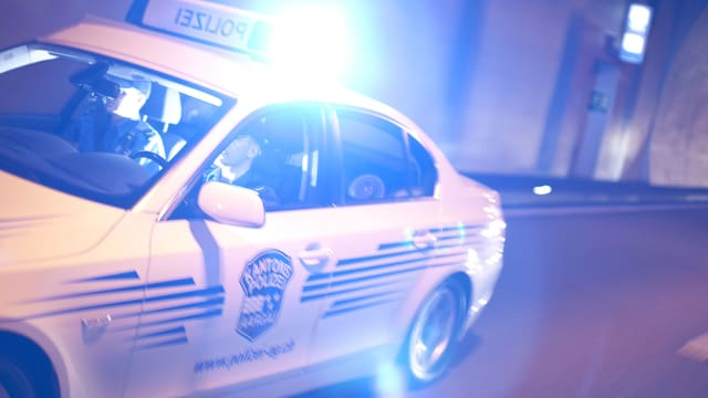 Ein Auto der Kantonspolizei Aargau mit Blaulicht im Dunkeln.