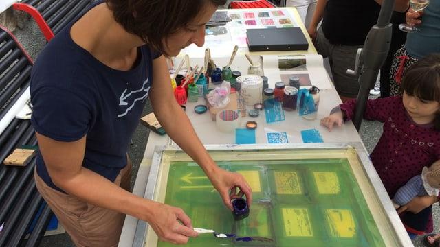 Esther Schena e la platta cun ils motivs per far las serigrafias