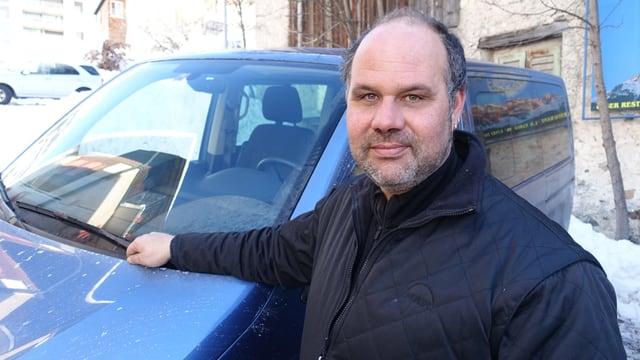 Marco Jäger da la firma Jäger Transports da Sur è il responsabel dal bus che va in il Pass dal Güglia.