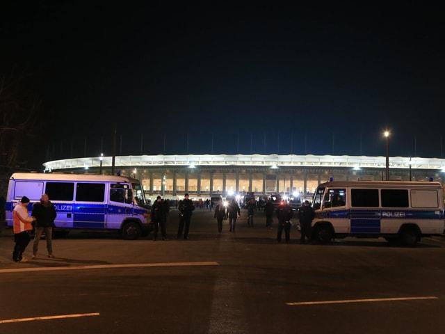 Polizeiwagen vor dem Berliner Olympiastadion.