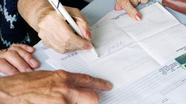 Junge Senioren helfen alten Senioren im Alltag und erhalten Zeit statt Geld auf ein Konto gutgeschrieben.