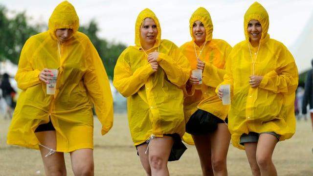 Festivalbesucherinnen im Regen.