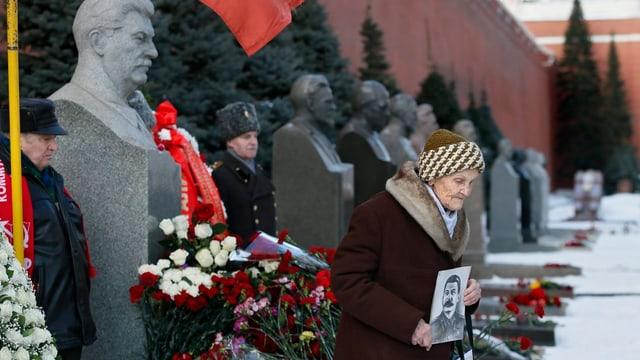 Rote Nelken für roten Diktator
