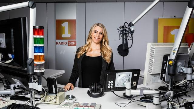 Moderatorin Priska Plump im SRF 1 Radiostudio.