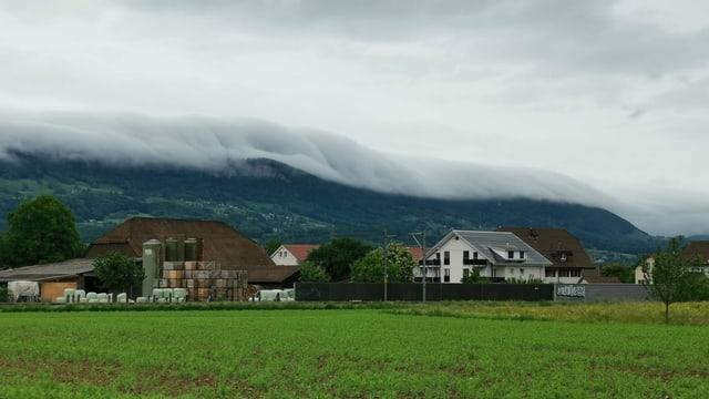 Wolkenwalze über dem Jura bei Deitingen
