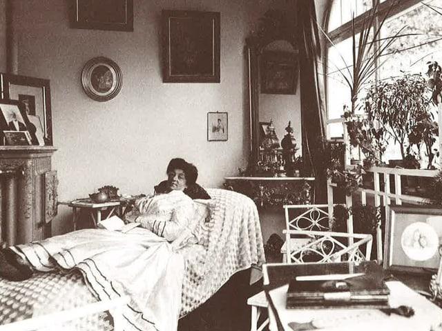 Fabrikantengattin auf Sofa, um 1909