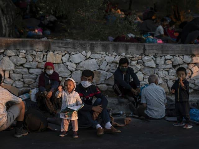 Kinder am Strassenrand.