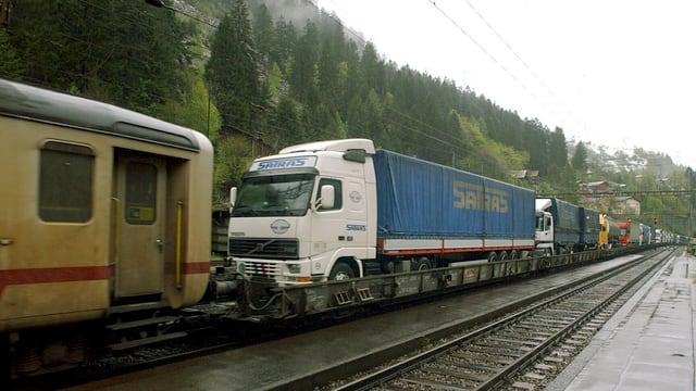 Lastwagen auf einem Zug am Gotthard.