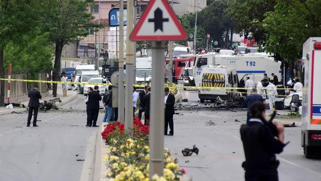 Autos und Polizisten an einem Explosionsort