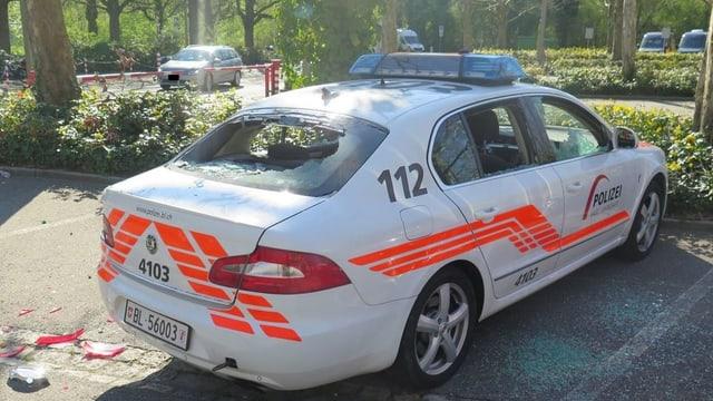 Polizeiauto mit eingeschlagenen Scheiben