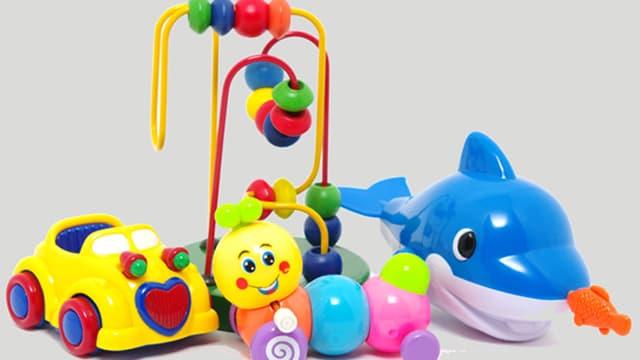 verschiedenes, buntes Plastikspielzeug
