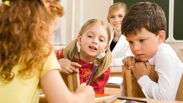 Kinder im Schulunterricht.