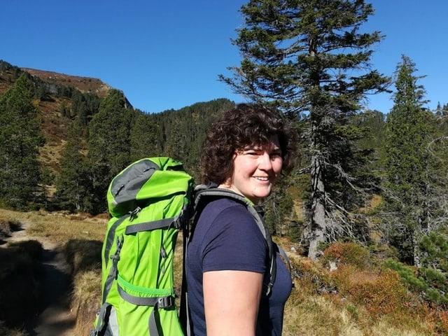 Korintha Bärtsch bei einer Wanderung in den Bergen.
