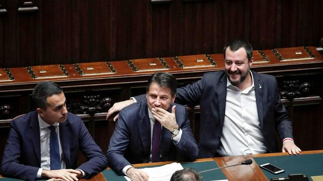 Luigi die Maio, Premierminister Conte und Matteo Salvini sitzen zusammen am Regierungspult.