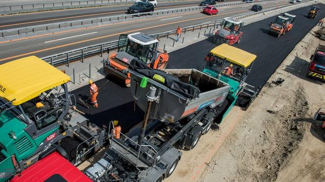 Grevas maschinas per asfaltar ina via nova