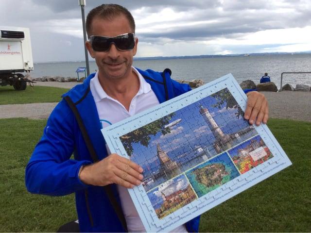 Leonard zeigt sein fertiggestelltes Puzzle.