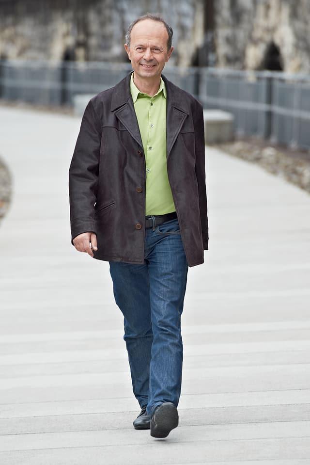 Ein Mann geht auf einer Strasse