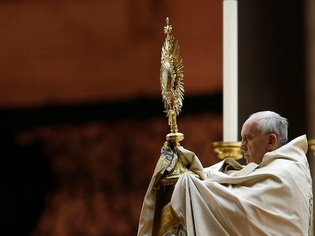 Der Papst an einer Messe mit einem goldenen Kreuz.