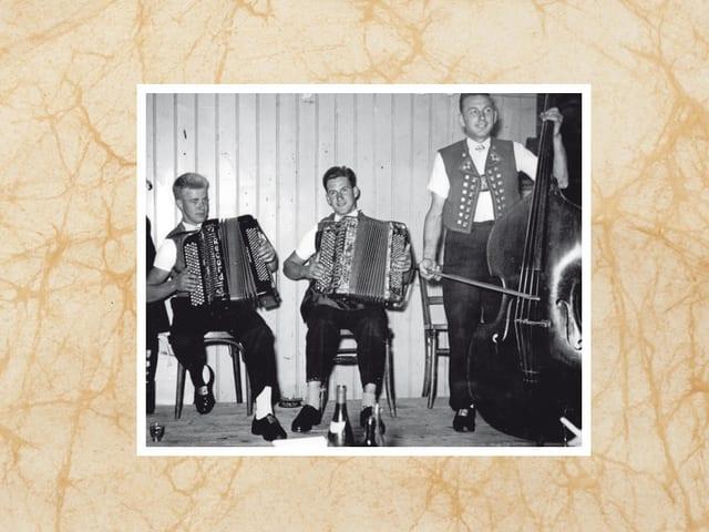 Eine Volksmusikformation mit zwei Akkordeons und einem Kontrabass.