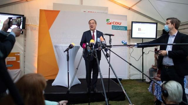 Armin Laschet spricht vor Medienvertretern