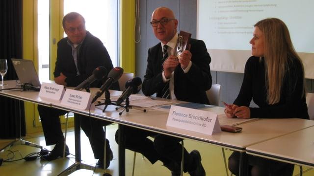 Isaac Reber (Mitte) neben Fraktionschef Klaus Kirchmayr und Parteipräsidentin Florence Brenzikofer.