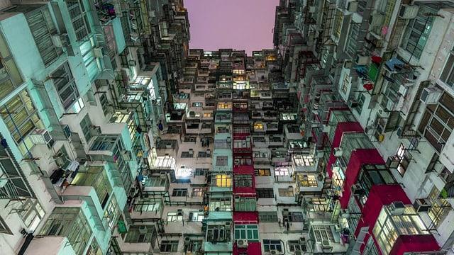 Die Fassaden mehrer Hochhäuser in denen Menschen leben.