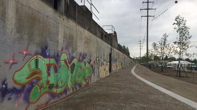 Betonmauer mit Graffiti