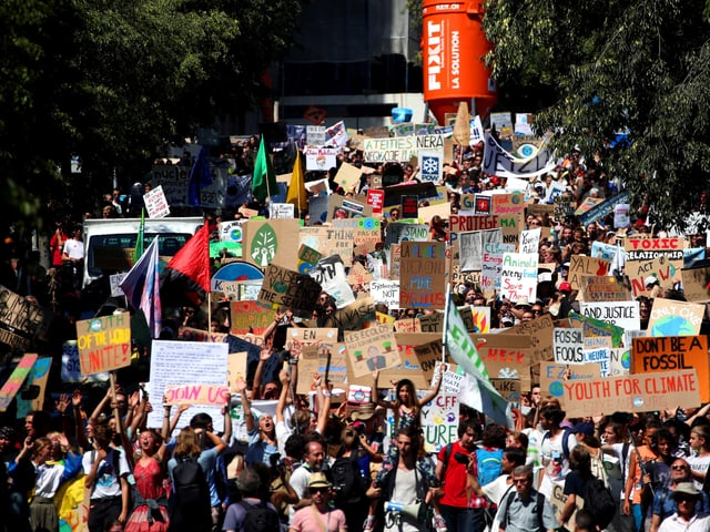 Viele Menschen mit Plakaten und Transparenten in einer Strasse von Lausanne, nach dem Jugend-Klimagipfel «Smile for Future» in Lausanne.