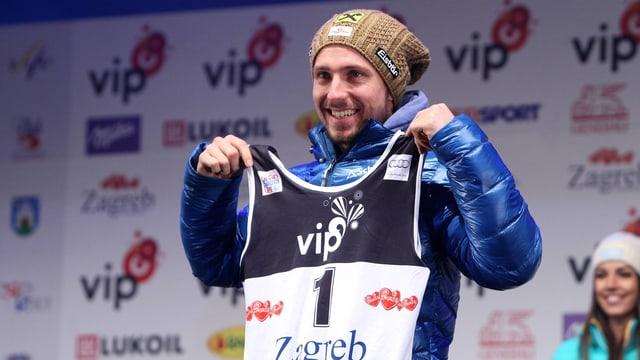 Marcel Hirscher posiert mit einer Startnummer.