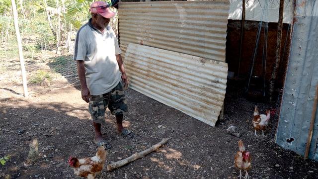 John Ismael zeigt seinen neuen Hühnerstall.