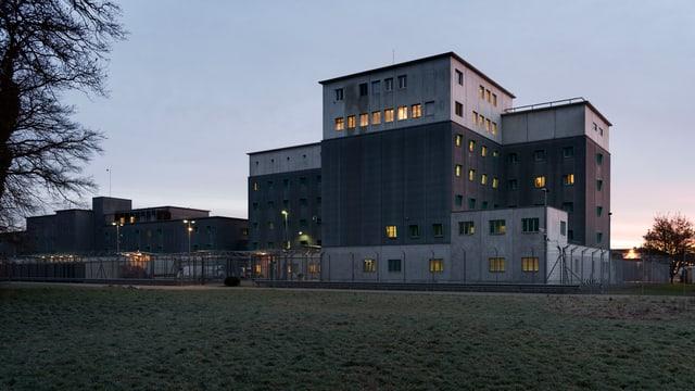 Das Flughafengefängnis in Zürich in der Abenddämmerung