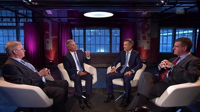 Vier Männer im Stuhl-Halbkreis.