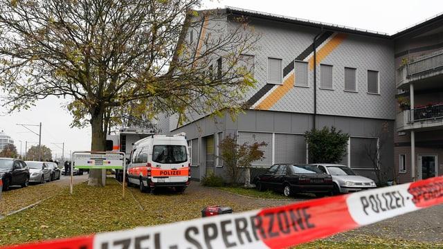 Die An'Nur Moschee in Winterthur, als sie noch für die Polizeirazzia abgesperrt war.