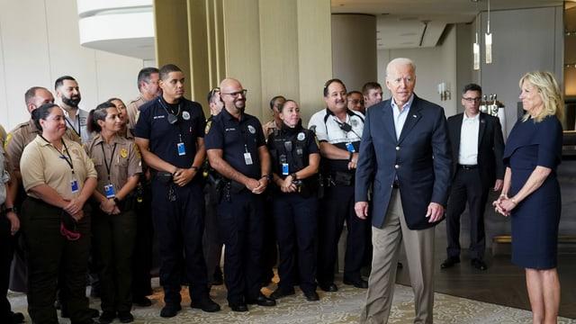 Joe Biden und Rettungskräfte
