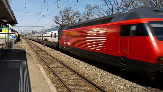 Ein fahrender Zug der SBB.