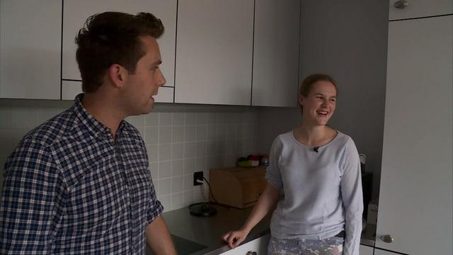 Die Küche als Schulzimmer: Sozialpädagoge Sandro Weber und Wohnschülerin Janine Zobrist